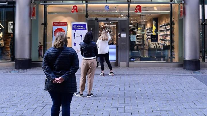 02.04.2020, Nordrhein-Westfalen, Köln: Apotheke am 02.04.2020 in Köln Kunden müssen am 02.04.2020 vor einer Apotheke in Köln Schlange stehen. Als Apotheke wird ein Ort bezeichnet, an dem Arzneimittel und Medizinprodukte abgegeben, geprüft und hergestell (Revierfoto)