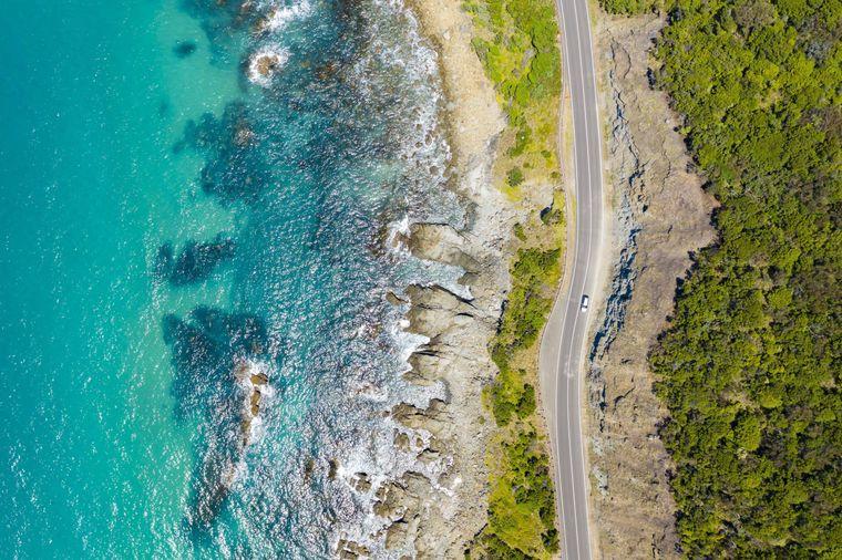Great Ocean Road leads directly along the southern Australian coast.