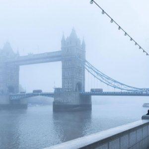 Die Tower Bridge in London an einem nebligen, regnerischen Tag (IMAGO / UIG)
