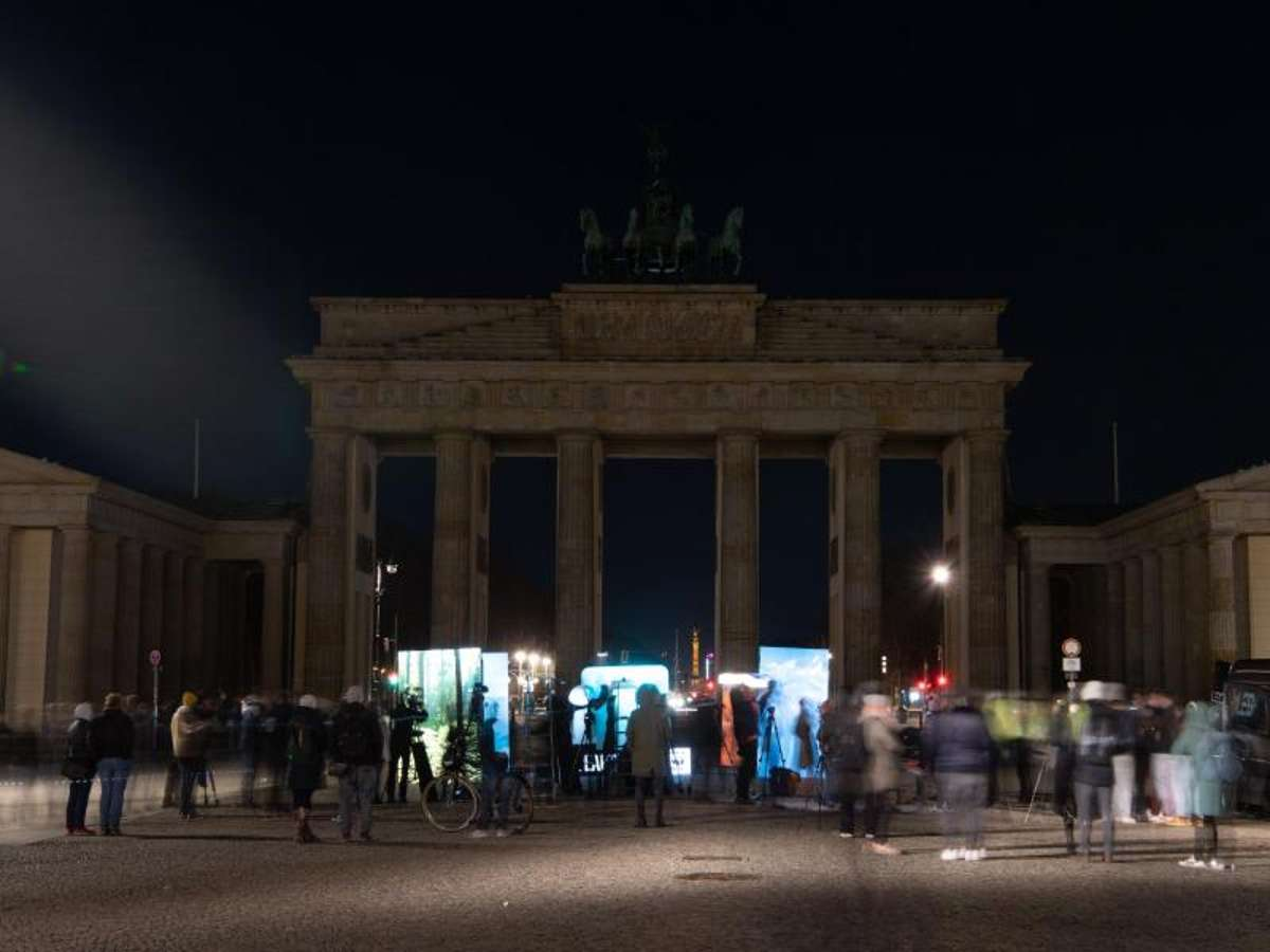 Das Brandenburger Tor in Berlin liegt während der Earth Hour im Dunkeln. Foto: Paul Zinken/dpa-Zentralbild/dpa