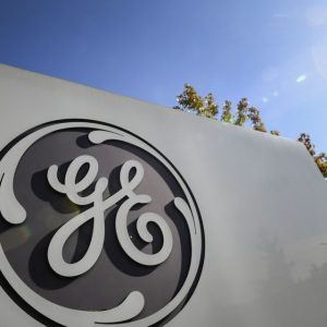 General Electric shares are sinking after a reverse share split proposal, confirming AerCap's $ 30 billion deal