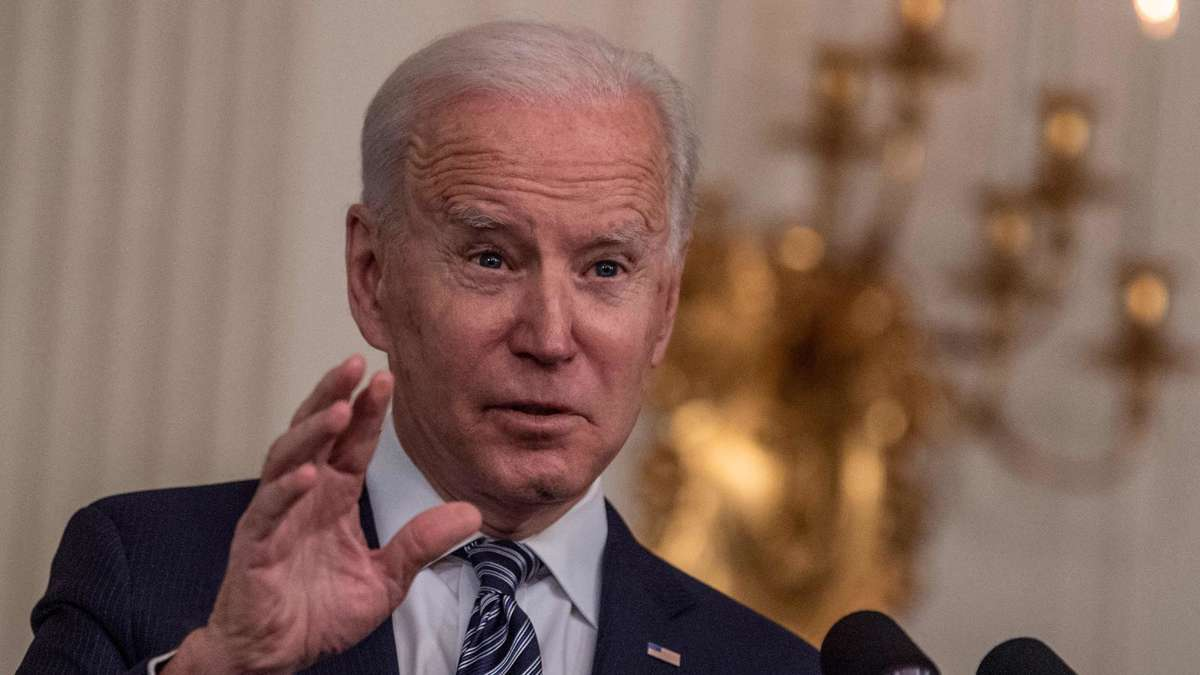 Joe Biden drops in front of the camera and Donald Trump Jr. makes fun of it