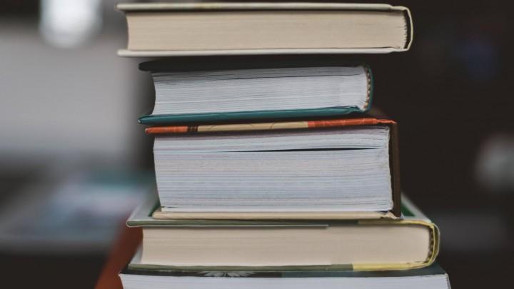 Ein Bücherstapel (imago images / Cavan Images)