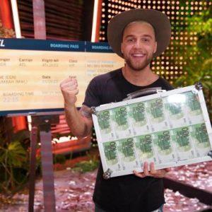 Filip Pavlovic jubelt über seinen Sieg bei der RTL-Dschungelshow. Foto: Stefan Gregorowius/RTL/dpa Foto: dpa