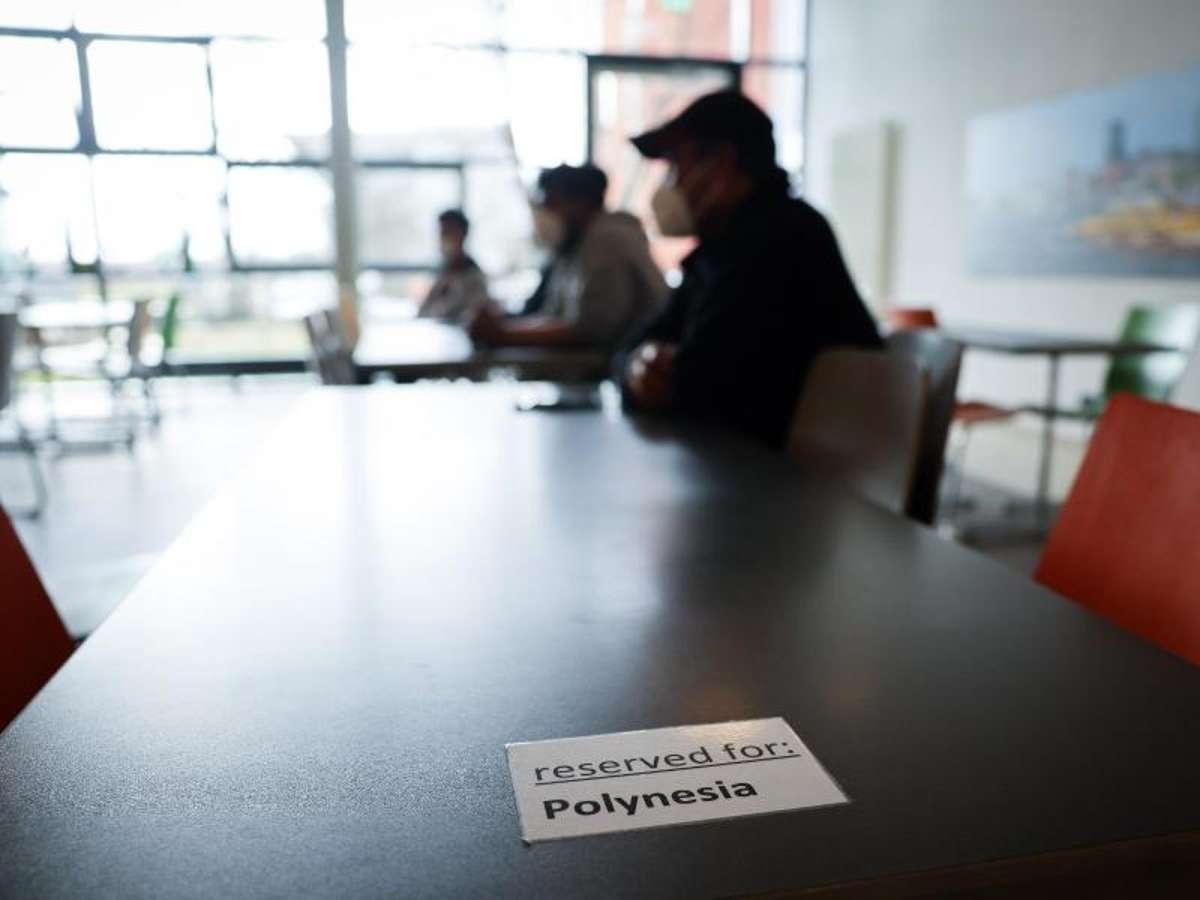 Seeleute aus Kiribati bei einem Informationsgespräch im Speisesaal der Jugenherberge an der Horner Rennbahn in Hamburg. Foto: Christian Charisius/dpa Foto: dpa