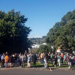 In der neuseeländischen Stadt Whangarei versammeln sich Menschen aus Angst vor einem Tsunami auf einer Anhöhe. Foto: Mike Dinsdale/New Zealand Herald/AP/dpa Foto: dpa
