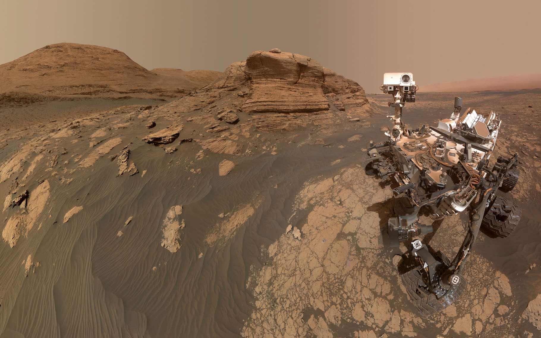 Le 30 mars 2021, Curiosity — le rover de la Nasa qui explore la surface de Mars depuis 2012 — prenait un selfie devant le mont Mercou, un rocher de six mètres de haut posé dans le cratère Gale. Dans les semaines et les mois qui viennent, les chercheurs attendent de lui qu'il leur renvoie des informations précises sur la composition chimique des strates qui composent le mont Sharp qui se dresse au centre du cratère. Objectif : comprendre les changements climatiques martiens. © Nasa, JPL-Caltech, MSSS
