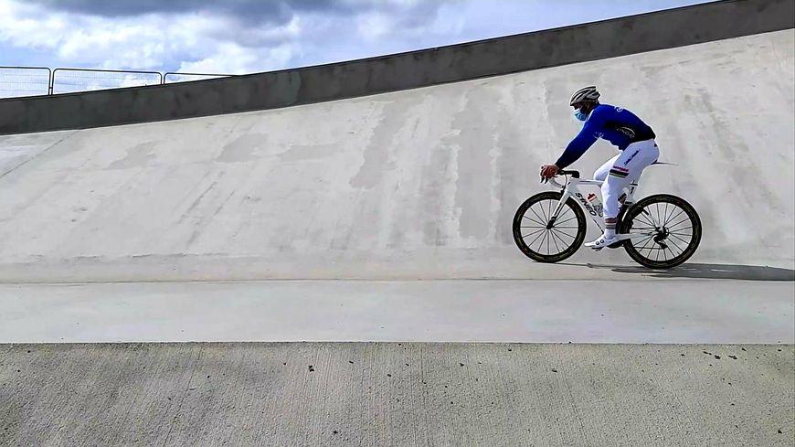 François Pervis a profité de la découverte d'Espace Mayenne pour effectuer un premier tour de piste sur le futur vélodrome de Laval.