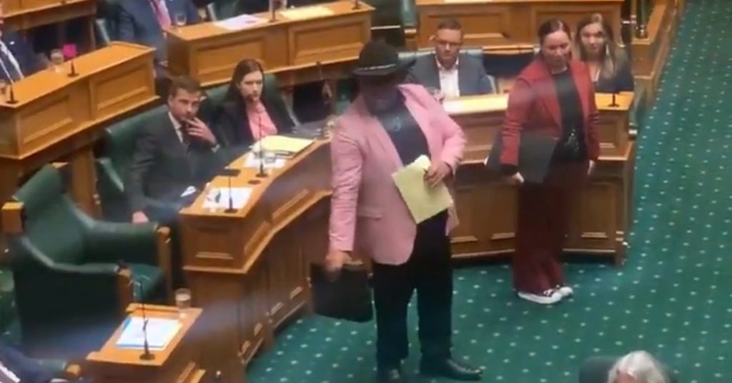 """Controversy in New Zealand: A Maori MP took a """"hacka"""" to protest against racism and was expelled from Parliament"""
