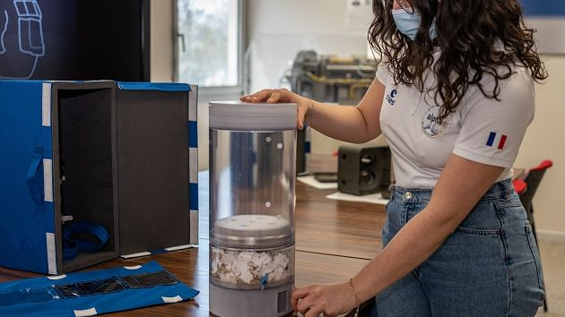 Eve Teyssier, une étudiante toulousaine en biologie, réalise un pari fou : envoyer des fleurs à Thomas Pesquet dans l'espace ! Les graines seront contenues dans cette capsule entièrement autonome.