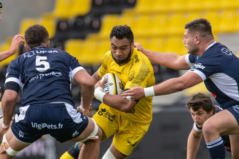 New Zealand winger Victor Vito sneaks into the middle of Agen's defense to score an attempt, during their first 14 game, on May 15, 2021 at Marcel Devlander Stadium in La Rochelle