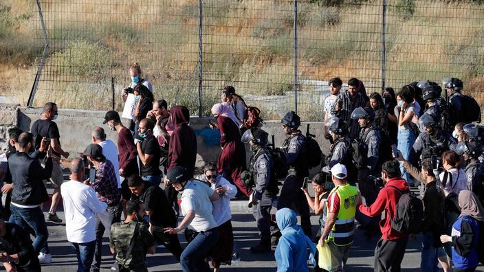 Des policiers israéliens ont chassé dimanche des manifestants venus dénoncer le barrage installé à l