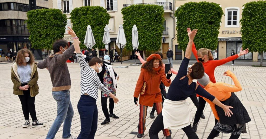 Creative people to invade public space