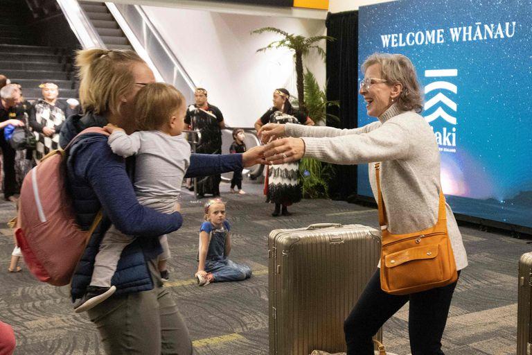 Reencuentro de familiares tras la medida tomada por los gobiernos de Australia y Nueva Zelanda permite viajar entre ambos sin tener que efectuar cuarentena al llegar a destino.