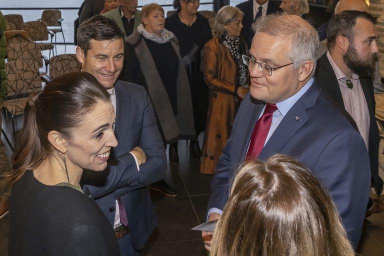 El primer ministro australiano Scott Morrison con la primera ministra neozelandesa  Jacinda Ardern en Queenstown, Nueva Zelanda el 30 de mayo del 2021.  (Peter Meecham/AAP Image via AP)