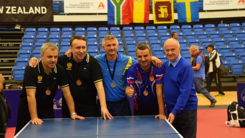 Große Freude über die Silbermedaille 2014 bei den Spielern Andrzej Truszcynski (m.), Krzysztof Piotrowski (2.v.r.) und Trainer Manfred Kuhle (r.).