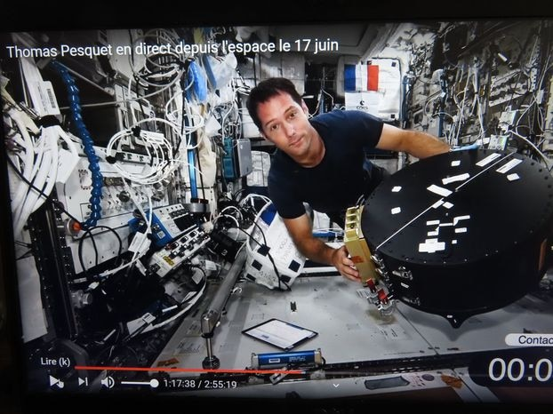 Jeff Sur Yvette.  The communication was audio, but during the dialogue with middle school and college students, photos and videos of Thomas Pesquet were broadcast on the space station.