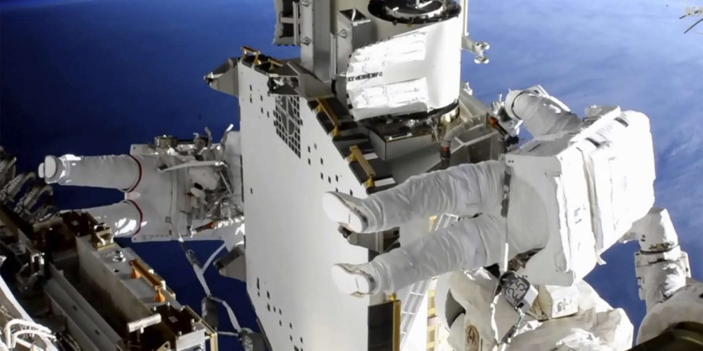 A successful new spacewalk by Thomas Bisquet