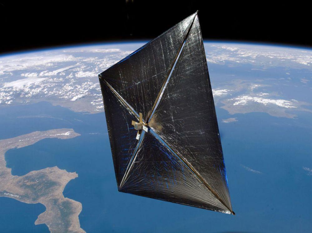 Intégrée aux nanosatellite, la vole solaire de Xinetis leur permet de se désorbiter lorsqu