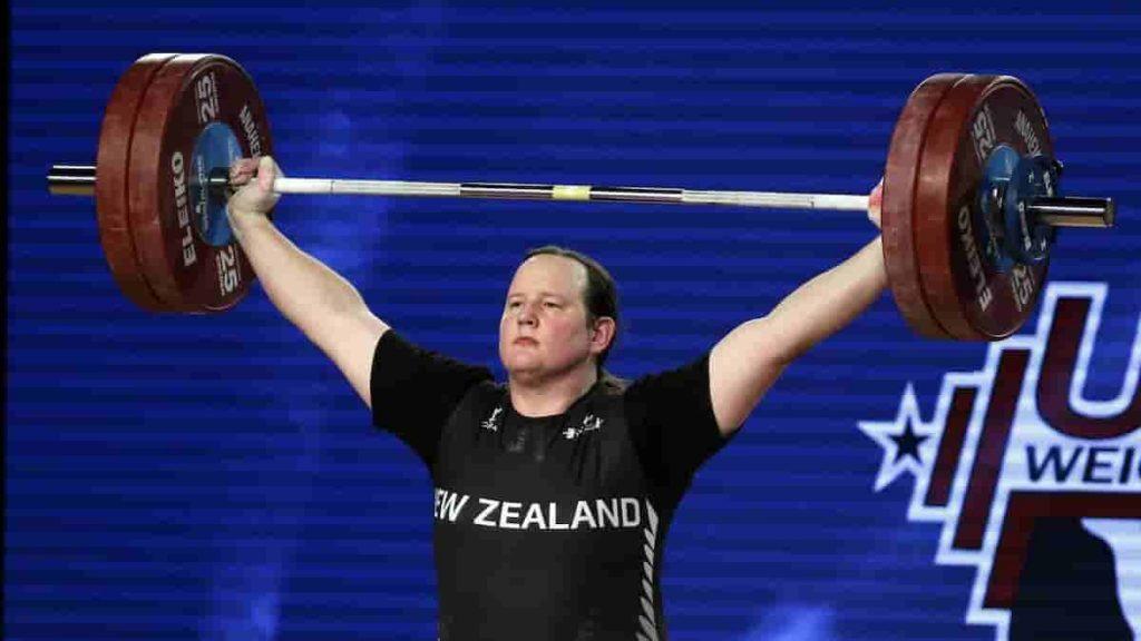 Laurel Hubbard, prima atleta transessuale alle Olimpiadi: sarà a Tokyo per il sollevamento pesi