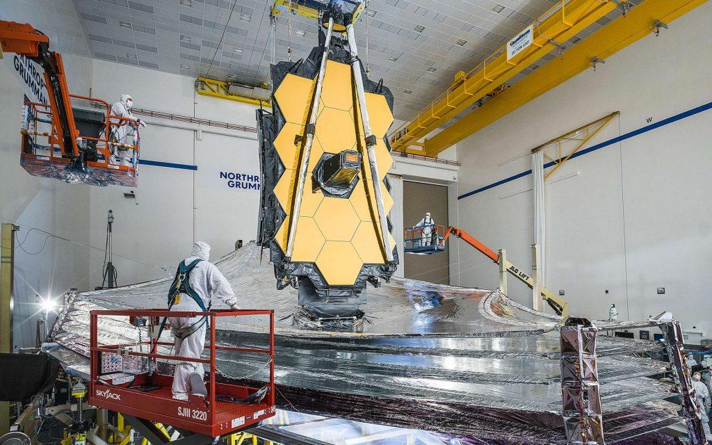 L'observatoire James-Webb, en décembre 2020. La taille des hommes qui s'affairent autour permet de prendre conscience de la taille hors norme de cet observatoire. © Nasa, Chris Gunn