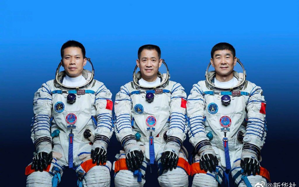 L'équipage de Shenzhou-12 (juin 2021) avec, de gauche à droite, Tang Hongbo (1er vol), Nie Haisheng (commandant, 3e vol) et Liu Boming (2e vol). © China Aerospace Science and Technology Corporation (CASC)
