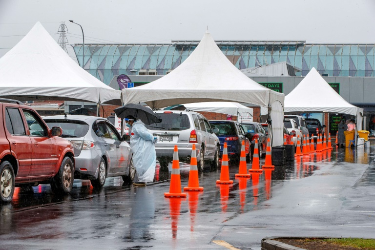 Motorists line up at a Covid-19 testing center on February 15, 2021 in Auckland, New Zealand (AFP/Archives - DAVID ROWLAND)