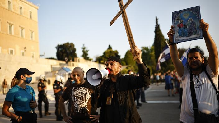 Des manifestants anti-vaccins participent à une manifestation devant le parlement après que le gouvernement a annoncé des vaccinations obligatoires pour certains secteurs, à Athènes, Grèce, le 14 juillet 2021.