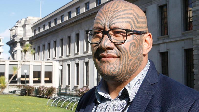 ARCHIV - Rawiri Waititi, Co-Vorsitzender der Maori-Partei, steht für ein Foto vor dem neuseeländischen Parlament. Waititi hatte sich geweigert, der Krawattenpflicht im Parlament nachzukommen. Nun wurde die langjährige Kleidervorschrift beendet, die…