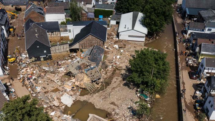 Une vue aérienne montre le village endommagé d