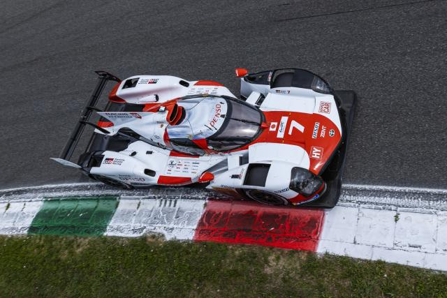 Toyota #7 leads the 6-hour Monza race in the middle of the road