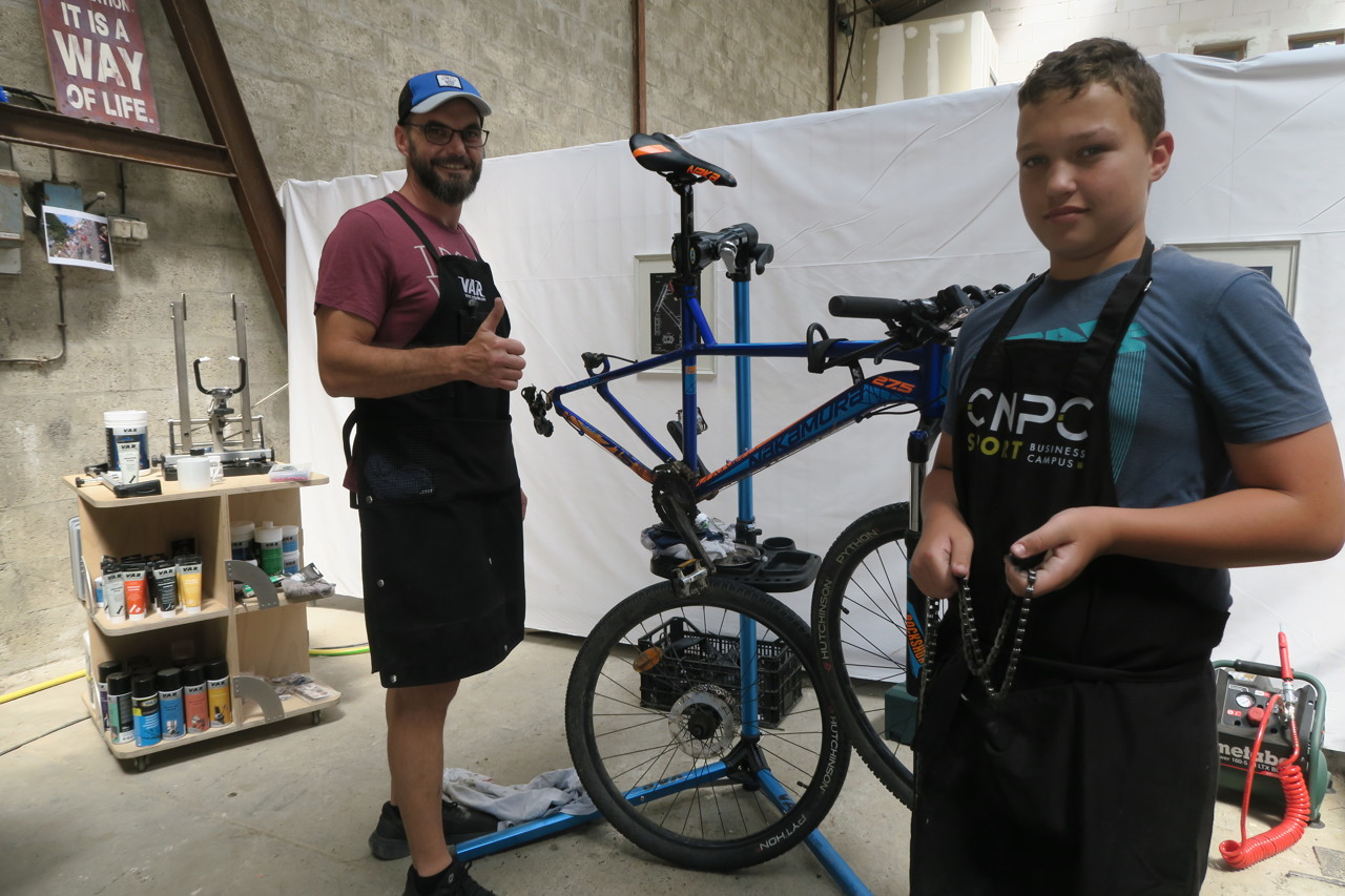 Installed on La Source, Jérôme is taking advantage of the summer to work on bikes with his equally passionate son.