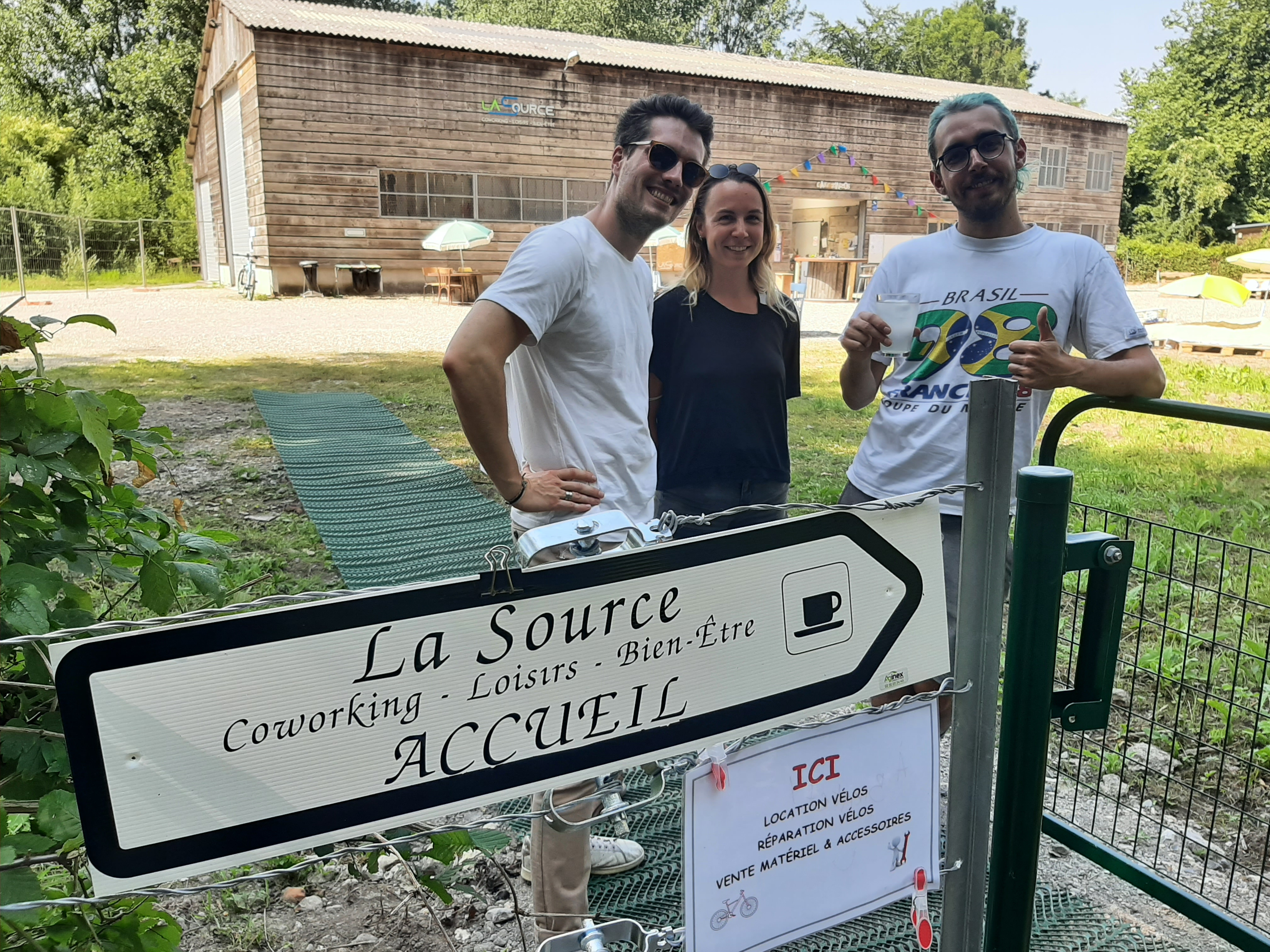 Les Zinzolins, Dimitri, Clémence and Théo offer passersby lemonade to encourage them to discover La Source