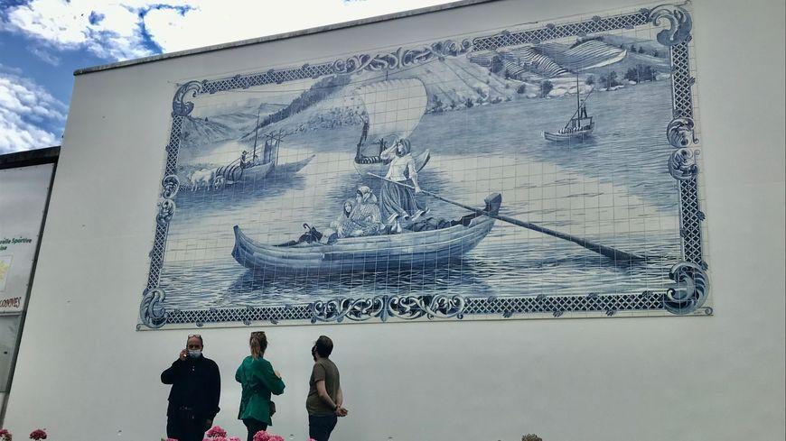 La fresque est installée sur l'un des murs de l'espace culturel Yvon Luby, du nom de l'ancien maire d'Allonnes