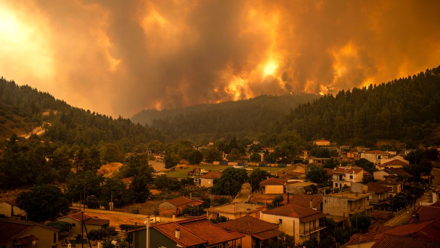Historic fires in Greece: seaplane crashes in operation, pilot safe and sound