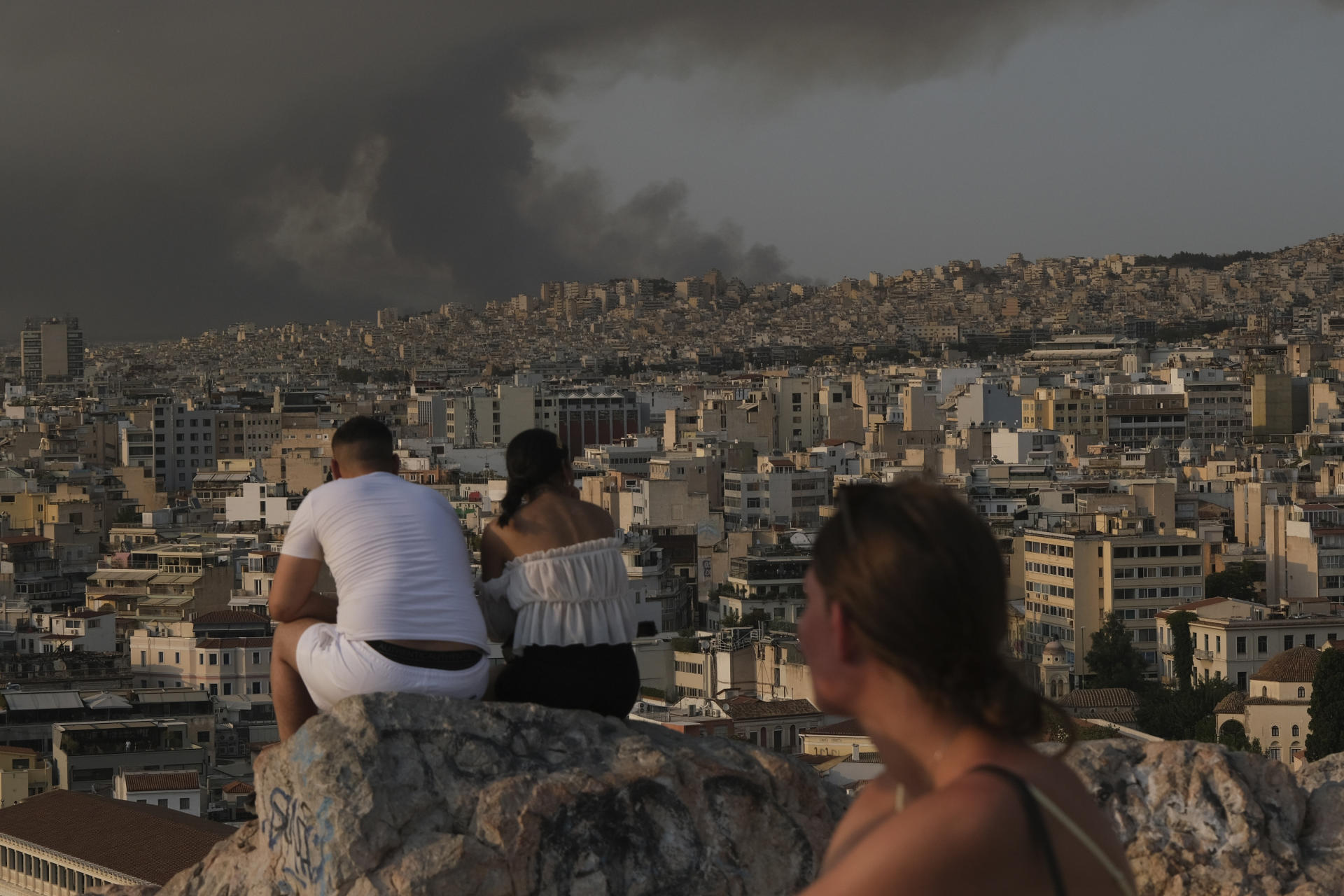 In Athens, August 3.  The smoke from the fires, which are at the gates of the capital, is clearly visible for a week now.