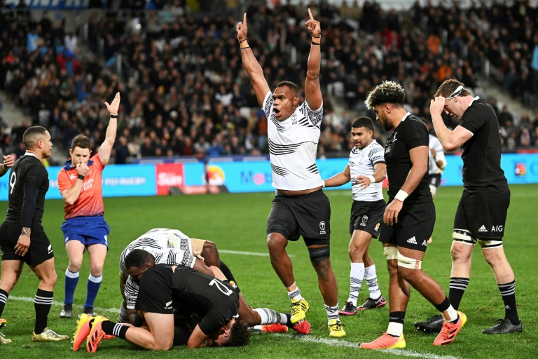 The joy of Fijian second grader Leon Nakarawa, after the test scored by teammate Albert Toiso (down) against New Zealand, during the test match, on July 10, 2021 in Dunedin (New Zealand) (AFP - Andrew Kornaga)