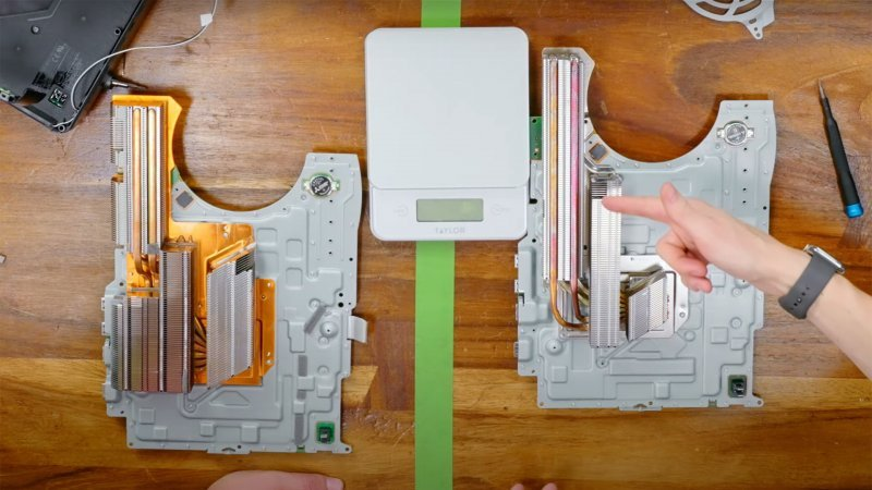PS5, on the left, the heatsink of the first model and on the right of the new model