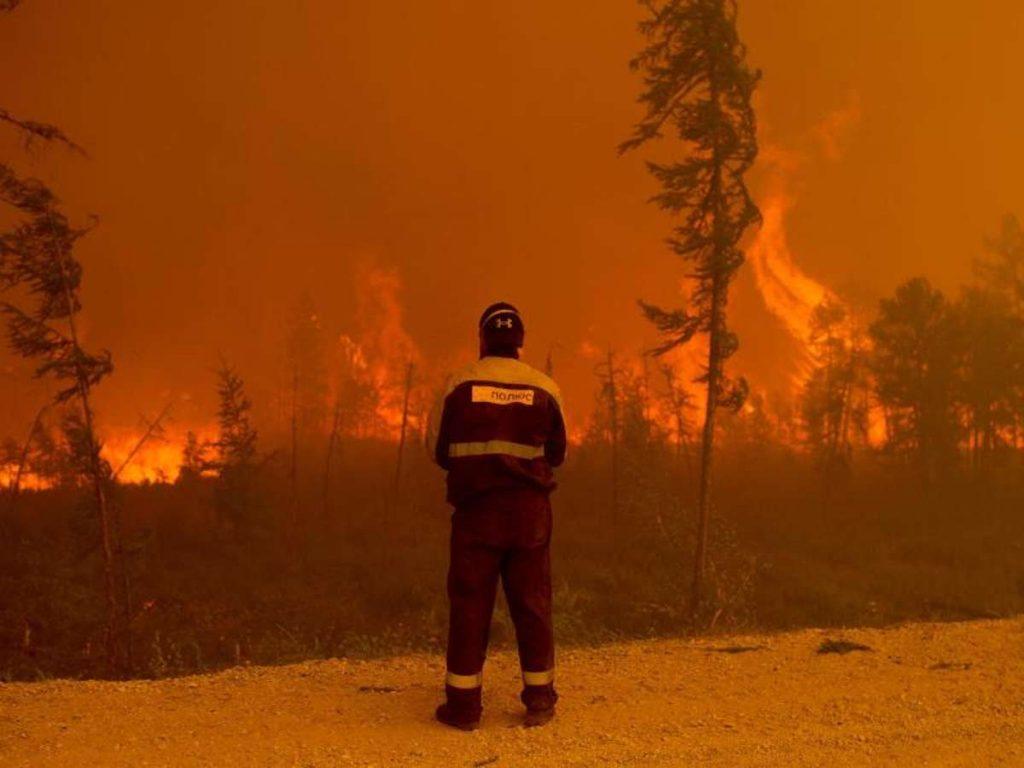 Ein Feuerwehrmann beobachtet westlich von Jakutsk in Russland einen Waldbrand. Foto: Ivan Nikiforov/AP/dpa Foto: dpa