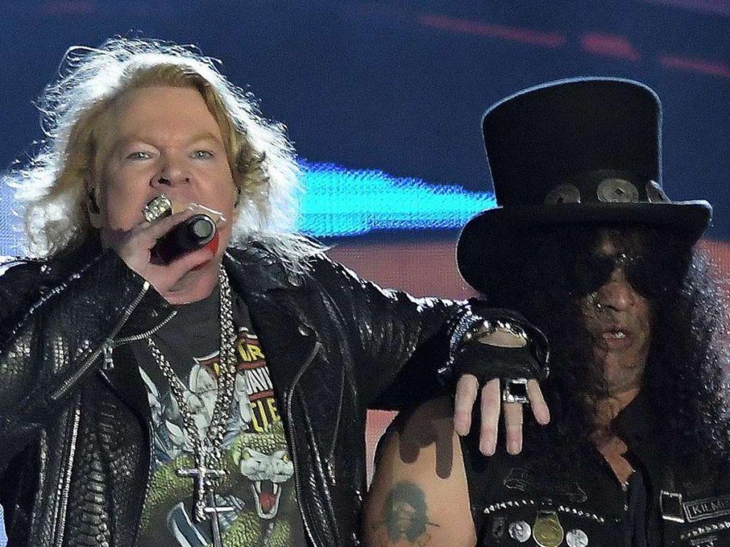 Axl Rose (l.) und Slash von Guns N Roses während eines Auftritts. Foto: A.PAES/Shutterstock.com