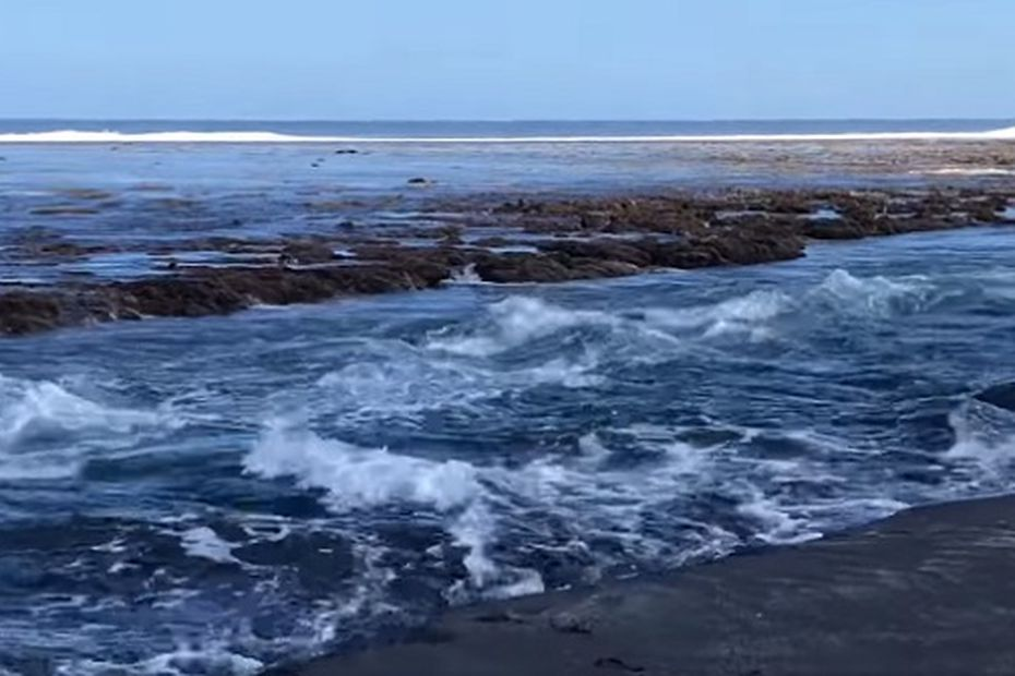 Tsunami in the Sandwich Islands causes water to rise ten centimeters