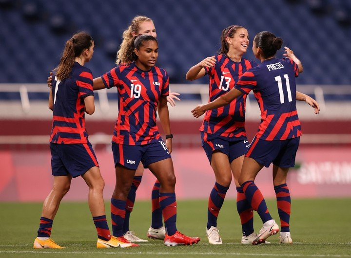 Alex Morgan and his company celebrate the victory of the USWNT.