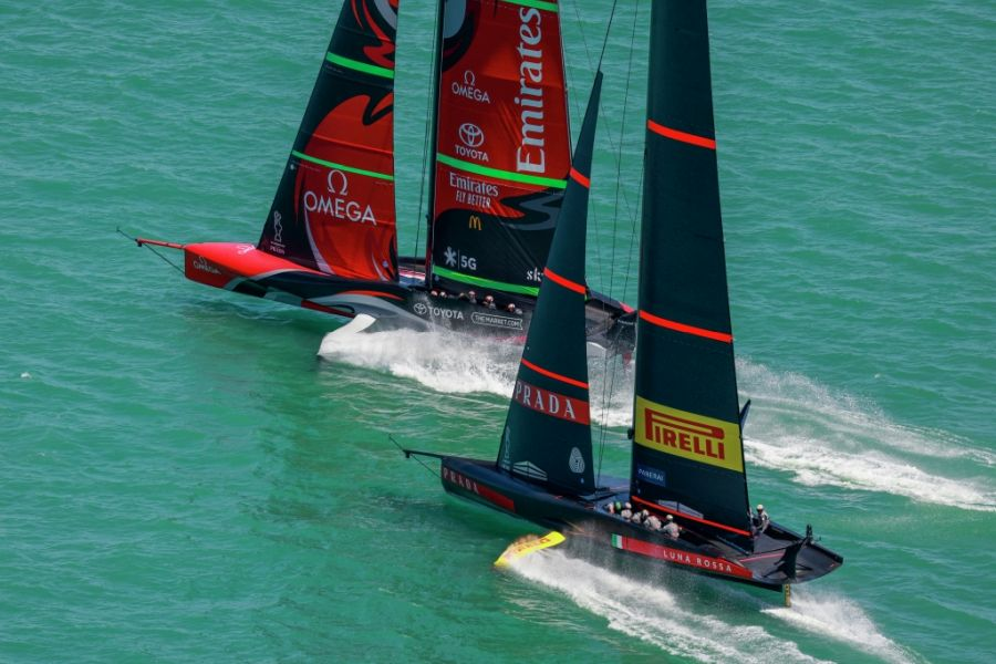 """America's Cup, what do you expect from New Zealand?  Extreme boat and """"Batman"""" sails.  But in the World Championships... - OA Sport"""