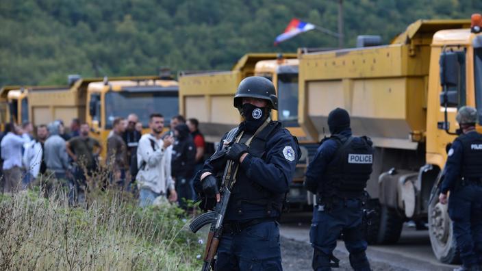 La police spéciale du Kosovo se tient debout alors que des centaines de Serbes du Kosovo protestent contre l