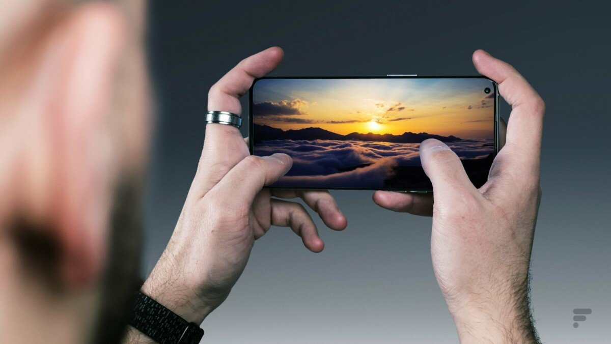 The display of the OnePlus 9 Pro is technically very close to that of the iPhone 13 Pro
