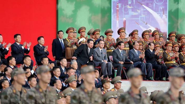Kim Jong-un assistant à la démonstration d