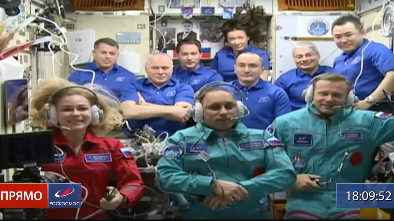 Actress Yulia Peresild, left, director Klim Shipenko, right, and astronaut Anton Shkaplerov sit front row among other mission participants at the International Space Station, ISS, Tuesday, October 5, 2021. Credit d' image: Roscosmos Space Agency via AP