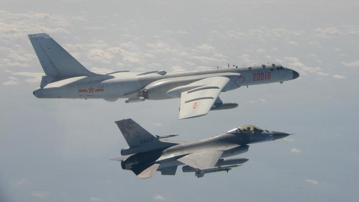 Un bombardier H-6 chinois à capacité nucléaire intercepté par un chasseur taïwanais en février 2020.